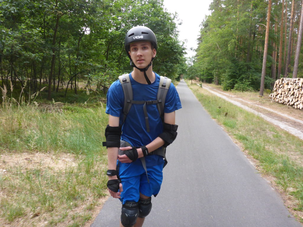 Asphaltierter Weg durch den Wald Richtung Rosenbeck